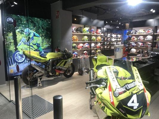 Proyecto Minorista Martimotos expositor motos y cascos